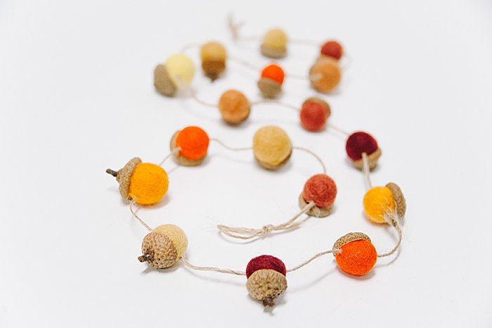 fall garland idea with felted acorns and twine