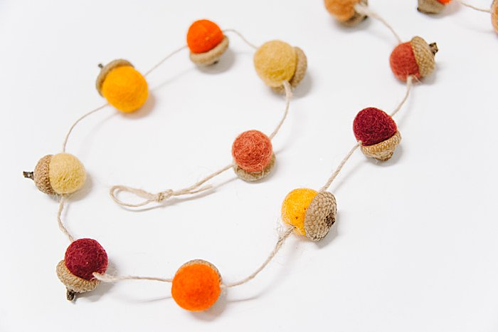 idea for fall garland decoration using felt ball acorns