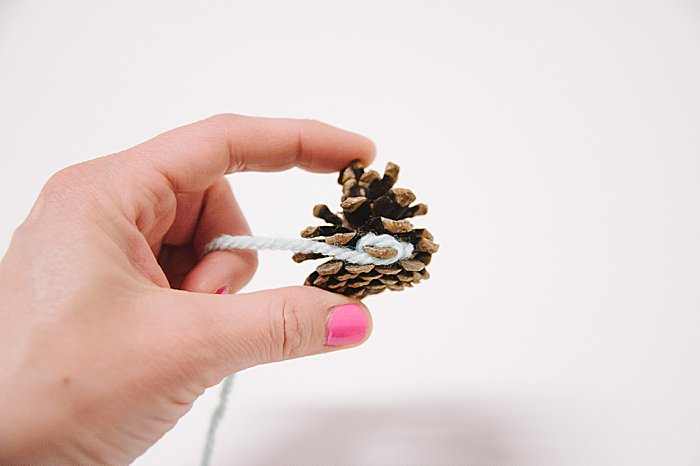 how to Make yarn-wrapped pine cones