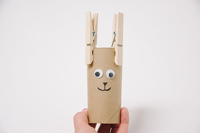 Easy crafts for kids using toilet paper rolls, make a deer using clothes pins!