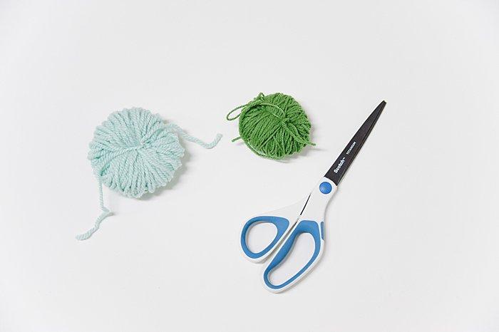 how to make big yarn pom poms