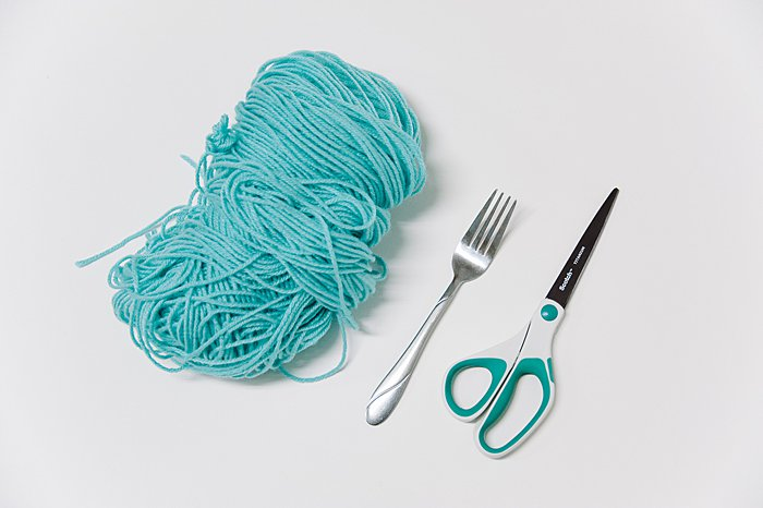 how to make a pom pom with a fork and yarn